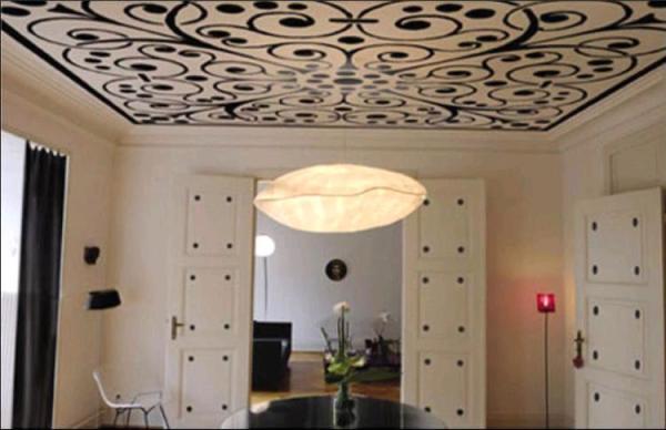 Светлые с тёмным узором обои на потолке