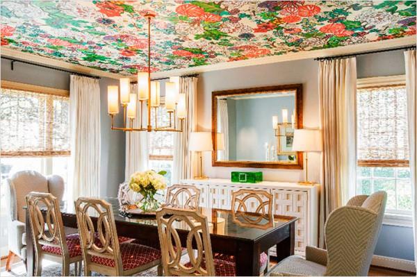 Цветочные обои на потолке столовой