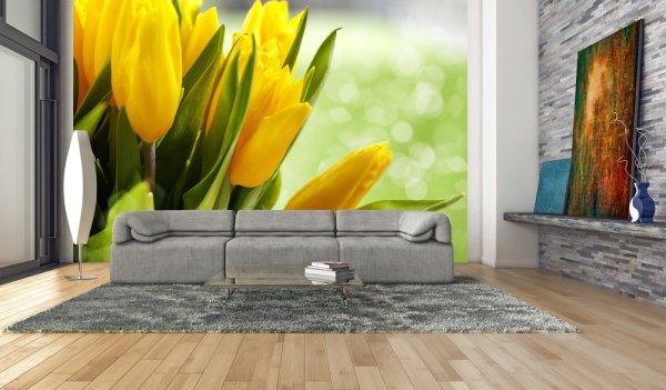 Жёлтые тюльпаны в гостиной