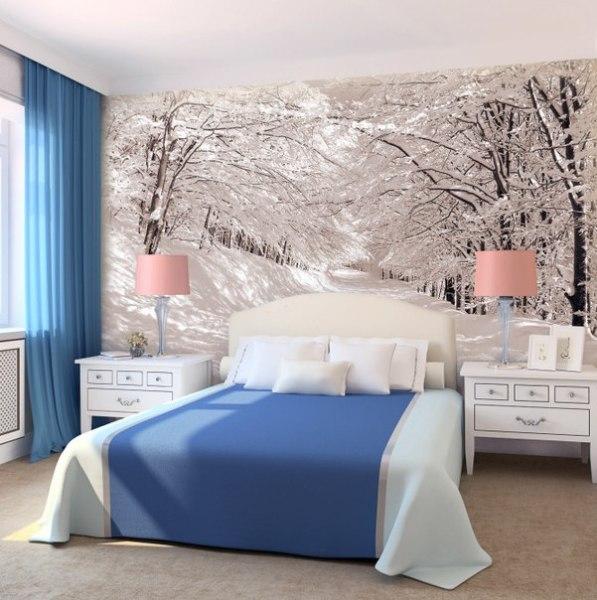 Зимний лес в интерьере бело-голубой спальни