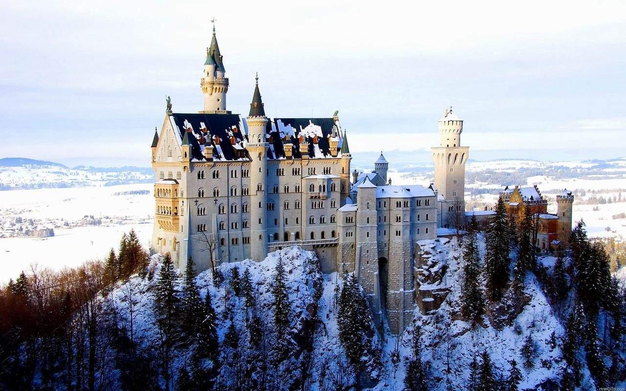 Фотообои со светящимся зимним замком Нойшванштайн, в Германии
