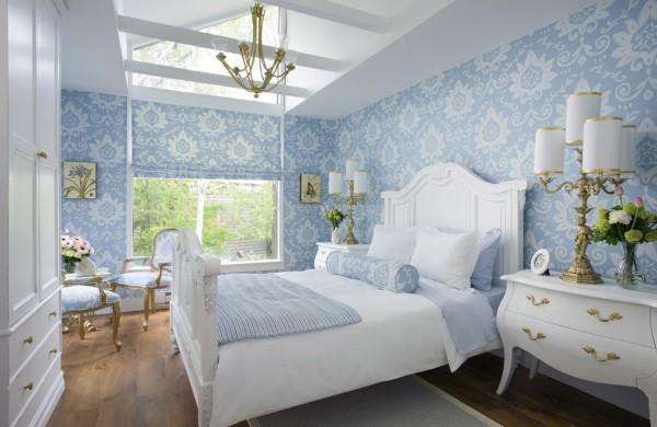Белая мебель на голубом фоне обоев