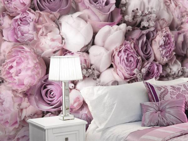 Белые и розовые пионы в изголовье кровати