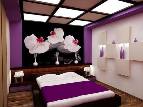 Белые орхидеи на тёмном фоне в интерьере спальни