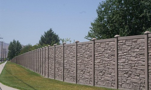 Бетонный забор, окрашенный под камень