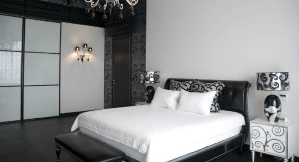 Чёрная и белая мебель на фоне чёрных и белых обоев