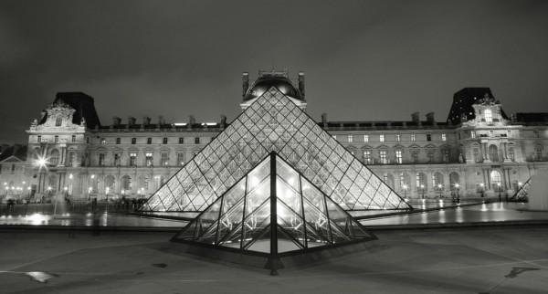Чёрно-белый принт ночного Лувра