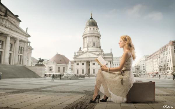 Девушка с книгой на фоне городской площади