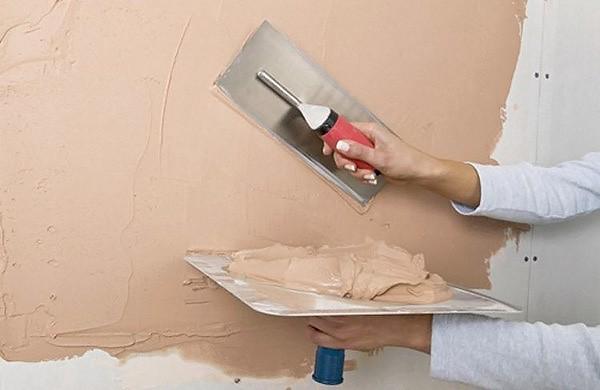 Этап заделки трещин на стене