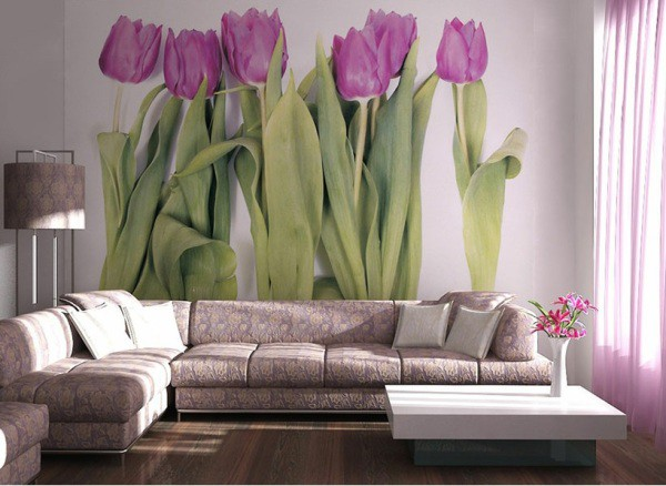 Фиолетовые тюльпаны в интерьере гостиной