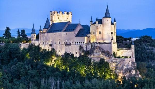 Испанский замок Алькасар в Сеговии