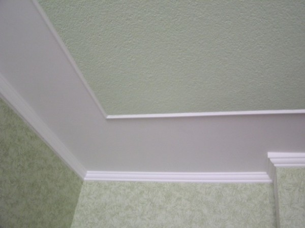 Как покрасить потолок не испачкав обои