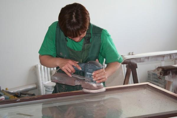 Как снять краску с деревянных окон механическим способом