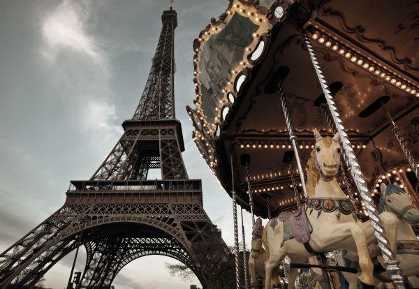 Карусель в парижском парке аттракционов