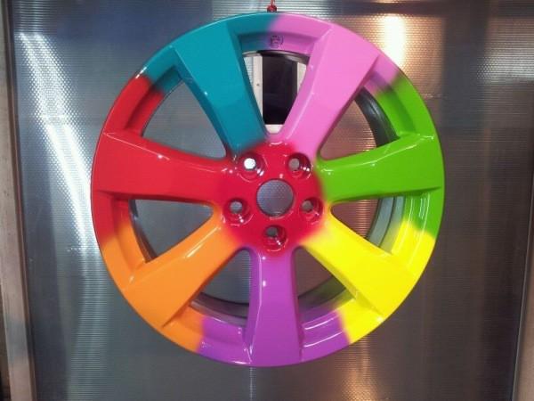 Колёсный диск от автомобиля, окрашенный в разные цвета порошковыми полимерами