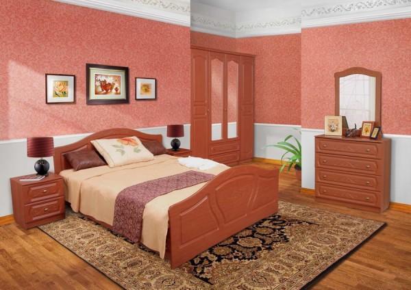 Коричневая мебель на фоне розово-белых обоев