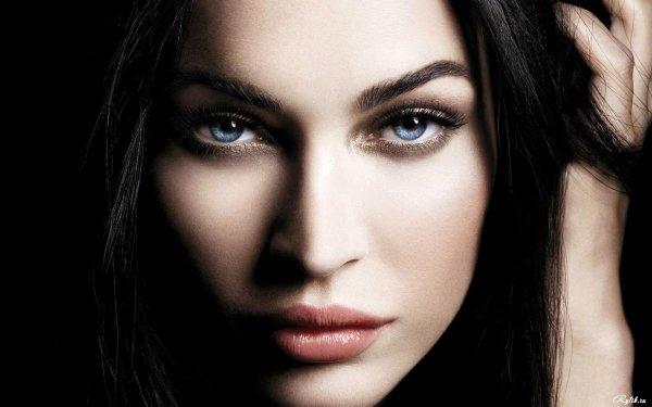 Красивая девушка с акцентом на глаза, эффектно и загадочно