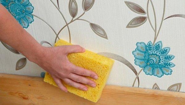 Мытье обоев с помощью губки