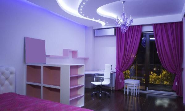 На фото, сочетание светло-сиреневых обоев с фиолетовыми шторами