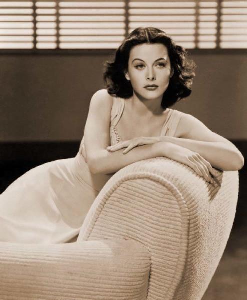 На фотообоях известная актриса в стиле ретро