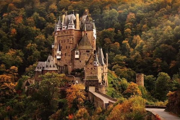 Немецкий замок Эльц, окружённый лесами