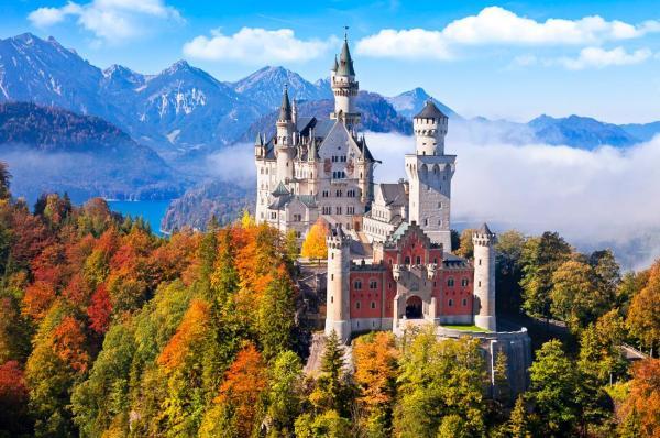 Немецкий замок Нойшванштайн осенью