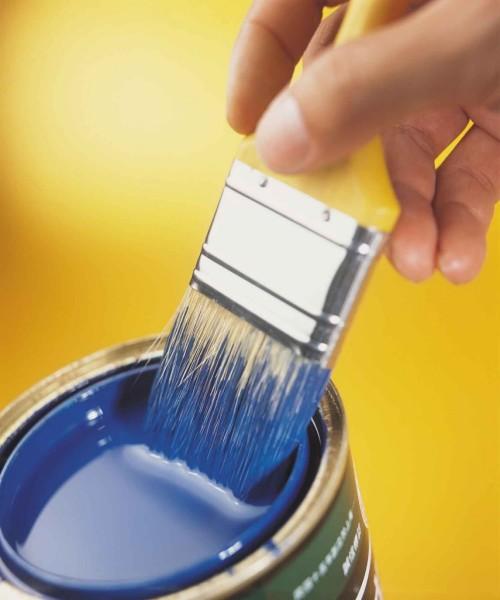 Окунание кисточки в банку с краской