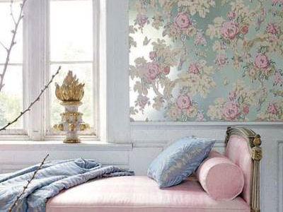Панно на стене спальни