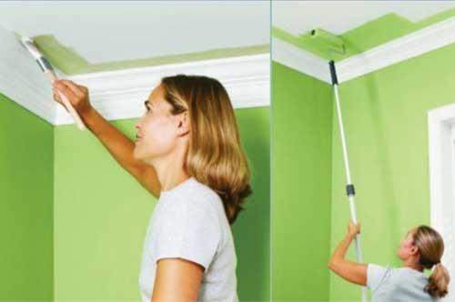 Покраска потолка валиком и кисточкой