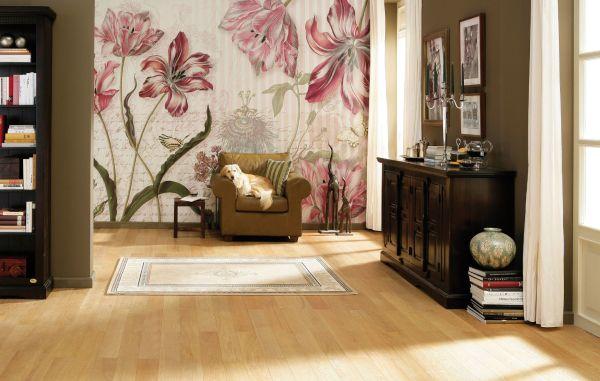 Принт с экзотическими цветами в гостиной
