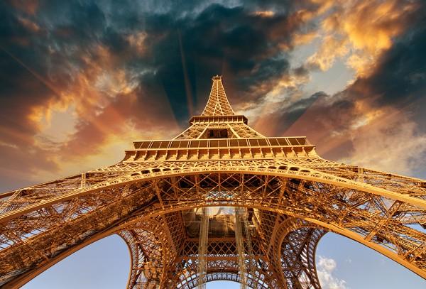 Принт с изображением Эйфелевой башни с интересного ракурса