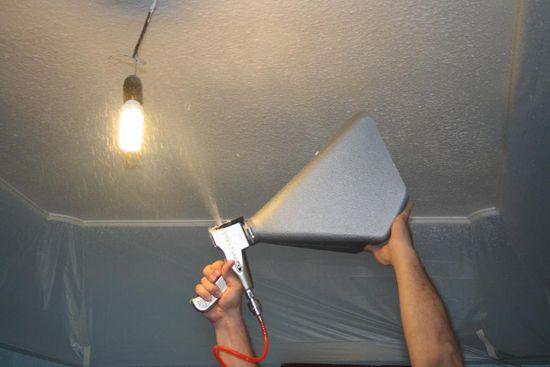 Работа пистолетом при нанесении штукатурки на потолок