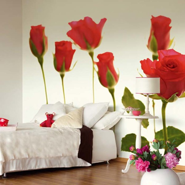 Розы на фотообоях в спальне