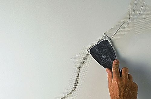 Шпаклюем трещины на потолке