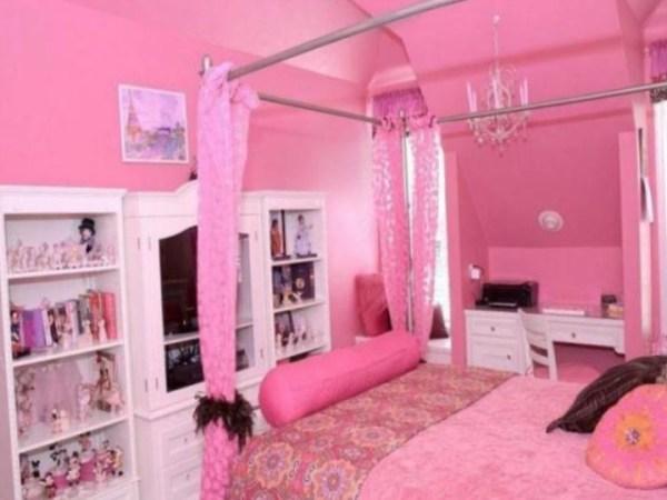 Сочетание розовой отделки с белой мебелью
