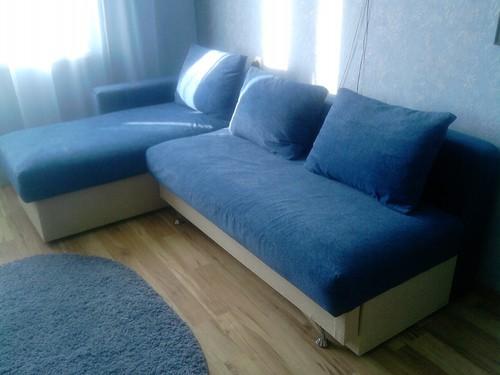 Сочетание синего и голубого в интерьере гостиной