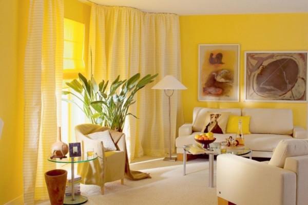 Сочетание жёлтых обоев с кремовыми шторами