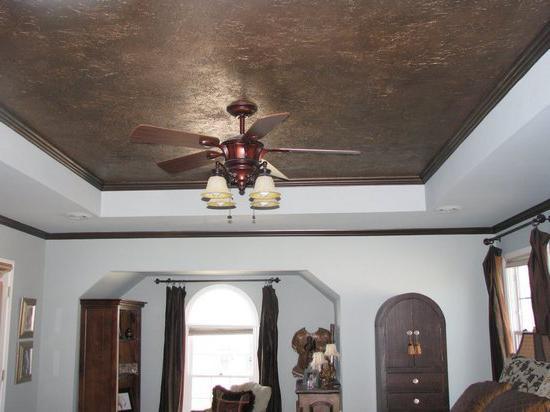 Сочетание жидких обоев на потолке и отделки стен
