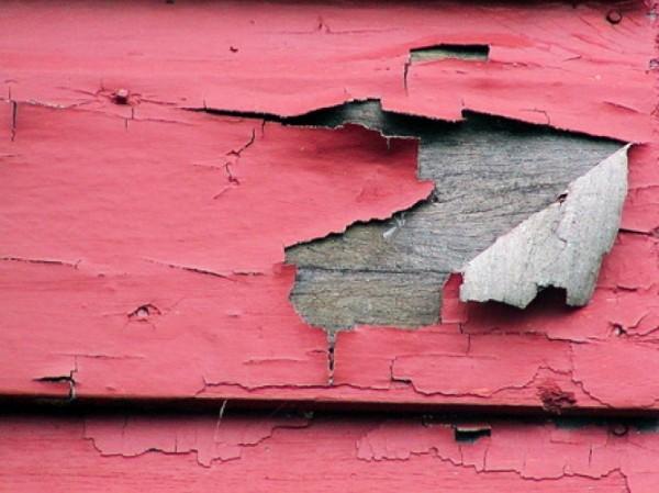 Старая краска на деревянном доме