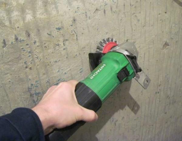 Удаление краски кордщеткой, насаженной на электрическую дрель