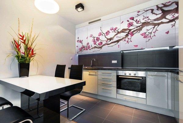 Ветка цветущей сакуры на кухонных шкафах