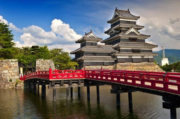Японский замок Мацумото, спасённый жителями его окрестностей