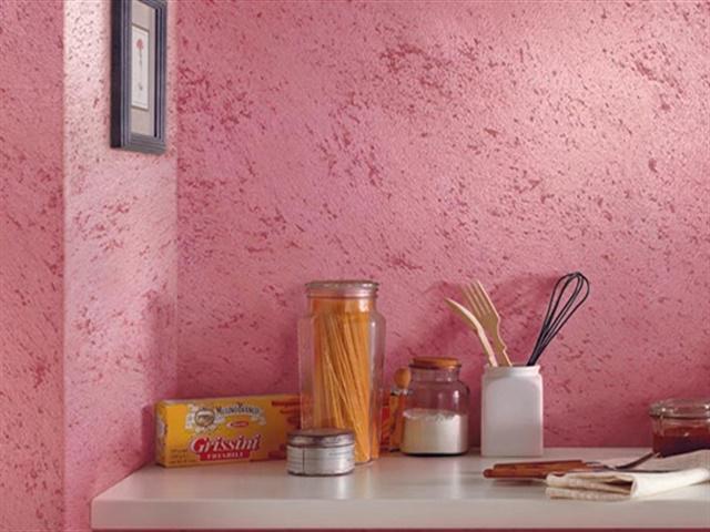 Декоративная краска нежно-розового цвета в интерьере кухни