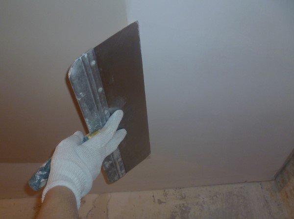 Делаем шпаклевку плоскости потолка