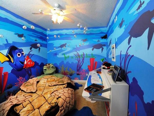 Детский аквариум фотообои на стенах комнаты, создают ощущение нахождения внутри него