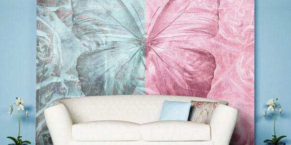 Эффектные двуцветные фотообои с изображением бабочки на фоне роз, в интерьере гостиной