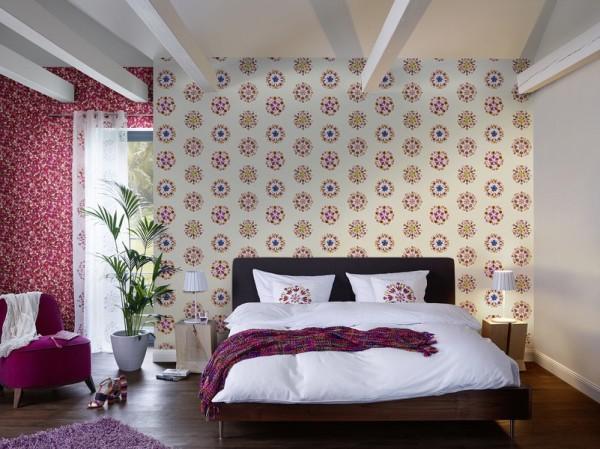Флизелиновые обои с незамысловатым рисунком в интерьере спальни