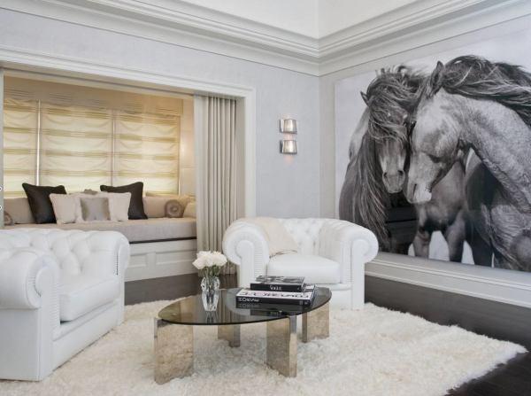 Фотообои с чёрно-белым изображением лошадей, в классическом интерьере гостиной