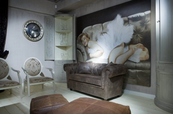 Фотообои с изображением кинозвезды, в интерьере гостиной