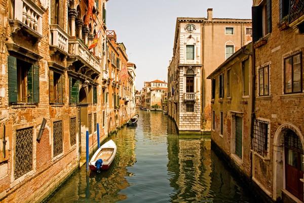 Фотообои с узким каналом и стоящими вдоль него домами